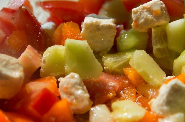 Salát okurkový s kuřecím masem,rajčaty a brambory