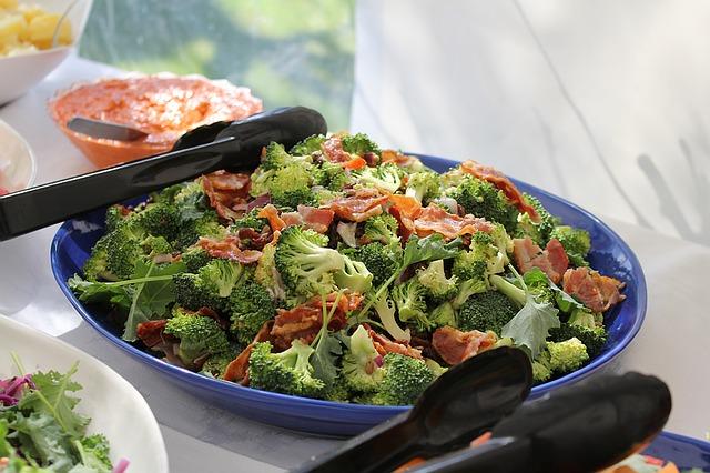 Salát z brokolice, vejce a kuřecího masa